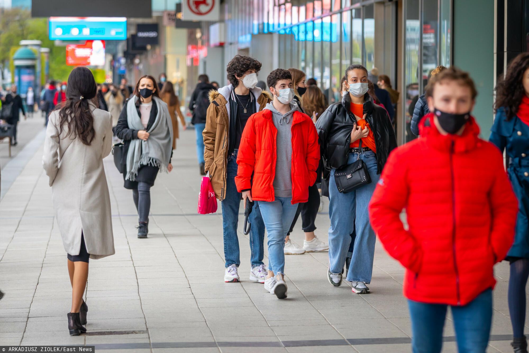 fot: Arkadiusz Ziolek/ East News. Warszawa. n/z Tlum pieszych na chodniku w maskach ochronnych.