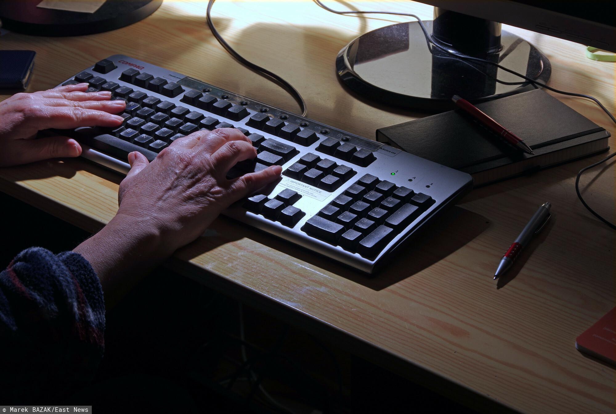 PHOTO: ZOFIA I MAREK BAZAK / EAST NEWS N/Z Dlonie na klawiaturze komputera, cyberprzestepczosc