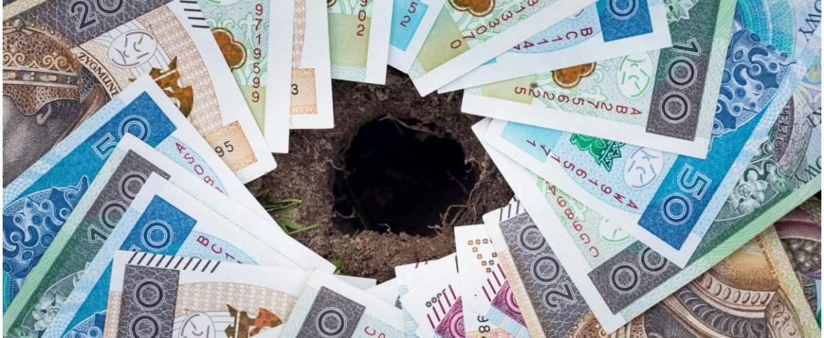 fot: Arkadiusz Ziolek/ East News. 17.06.2020. n/z Polskie banknoty z dziura po srodku - dziura budzetowa.