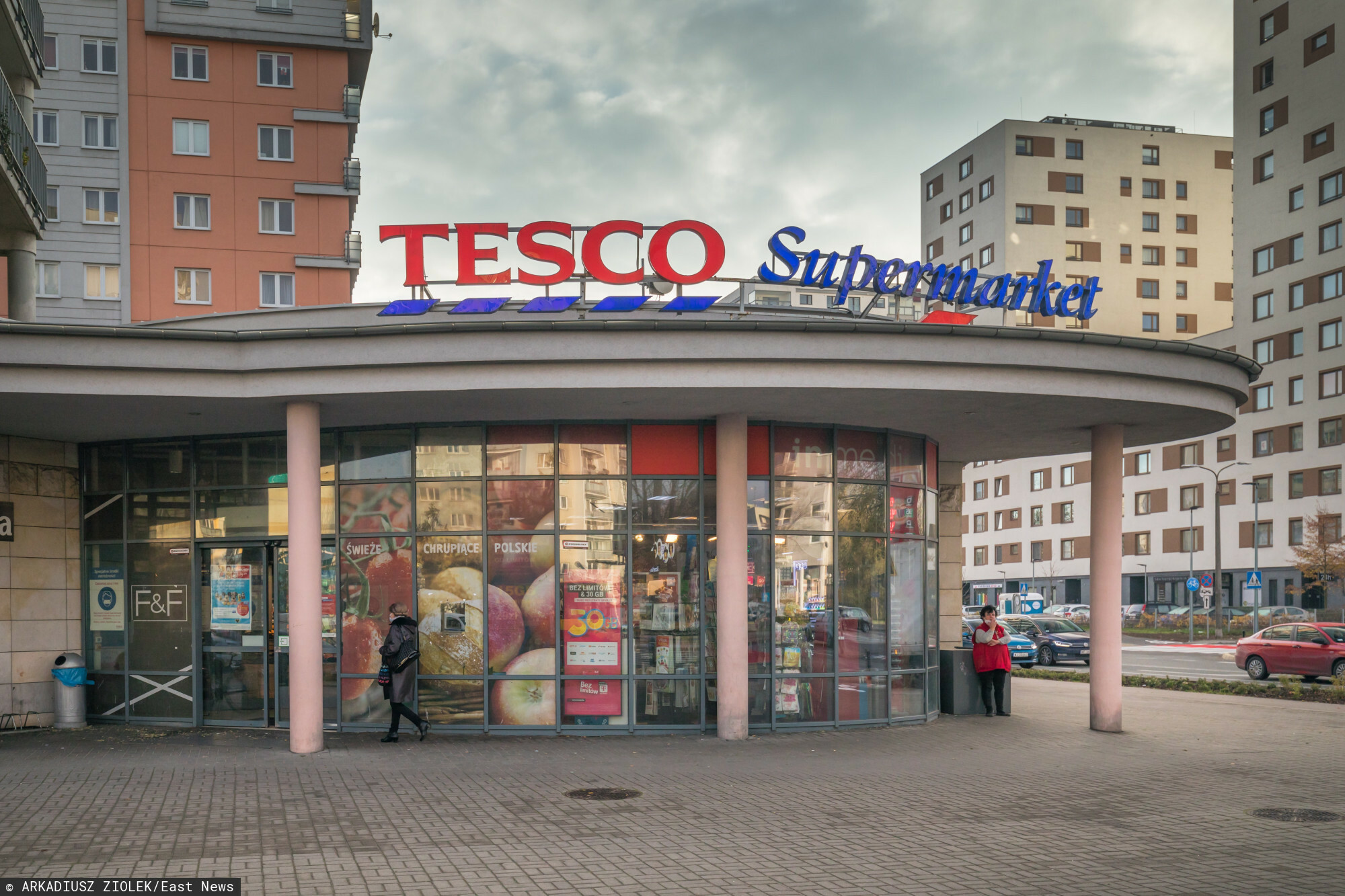 fot: Arkadiusz Ziolek/ East News. n/z Logo sieci handlowej Tesco Supermarket.