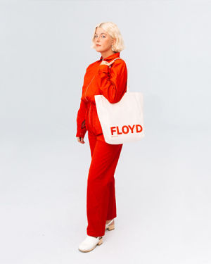 A person modeling the Floyd Tote