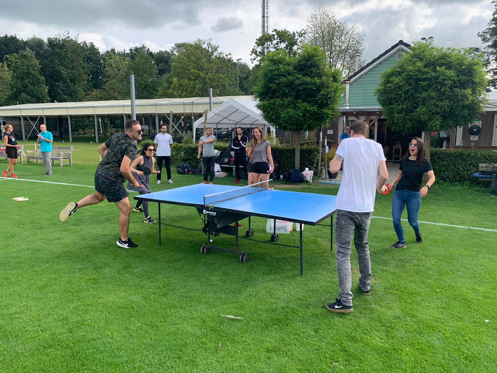 Buiten spelen ping pong actie