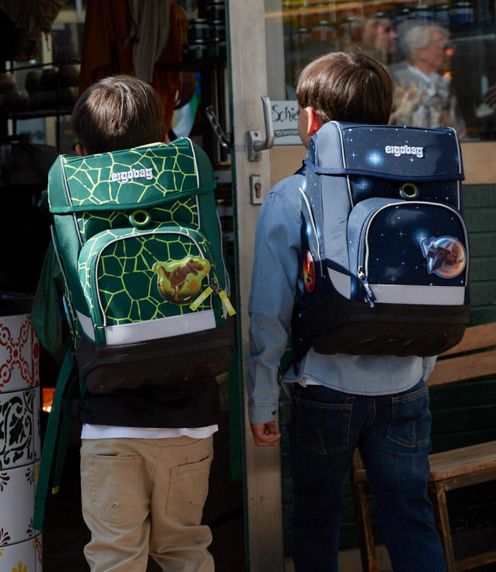 ergobag-teaser-cubo-two boys-backpacks-green-blue-xl