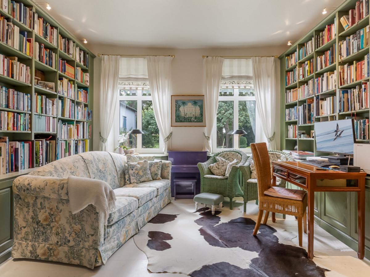 Bibliothek mit Blick auf den Hof