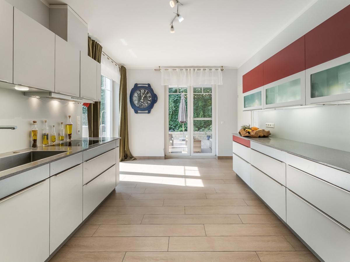 Küche mit Elektrogeräten & Terrassenzugang