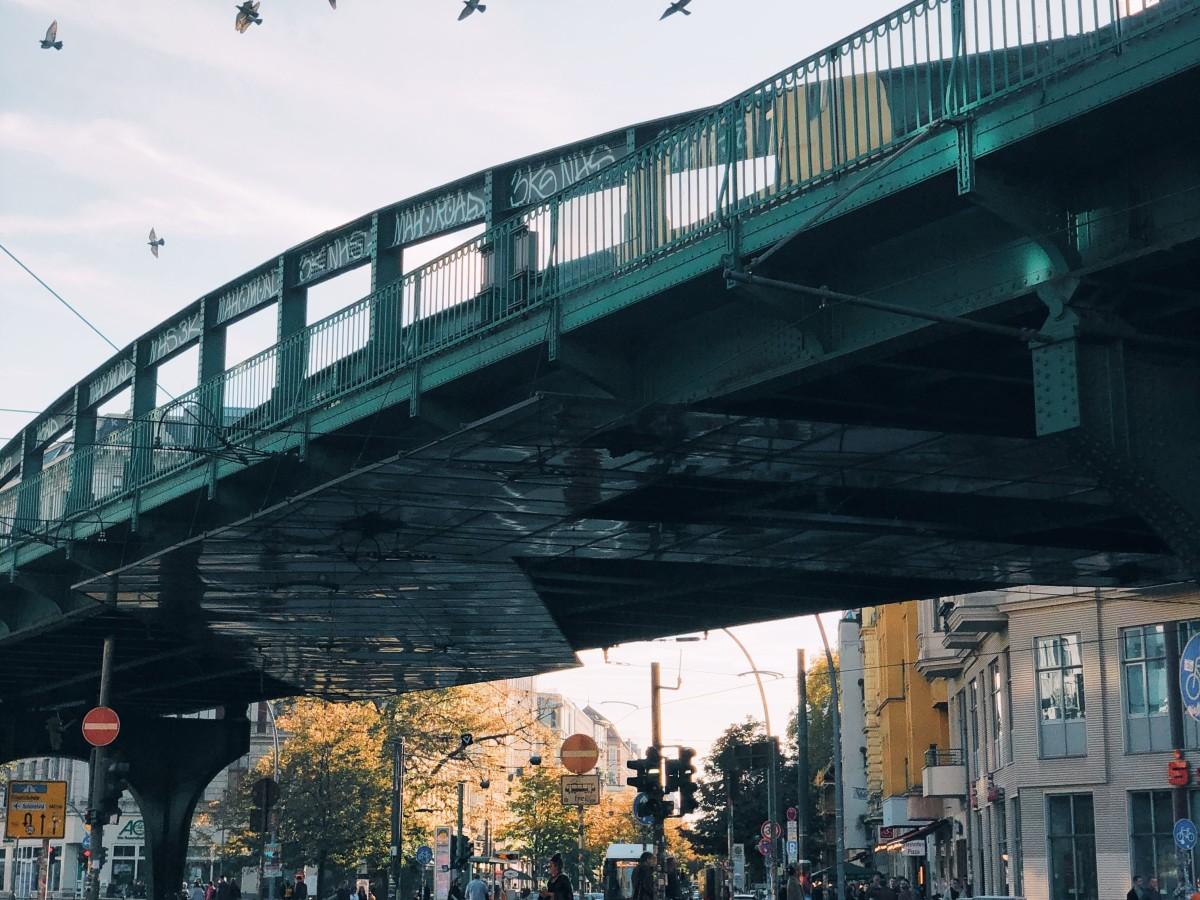 Berlin Prenzlauer Berg Brücke, Copyright: Unsplash/Pavel Nekoranec