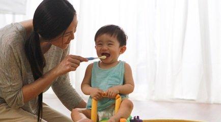 Maman et bébé : rendre le brossage de dents amusant