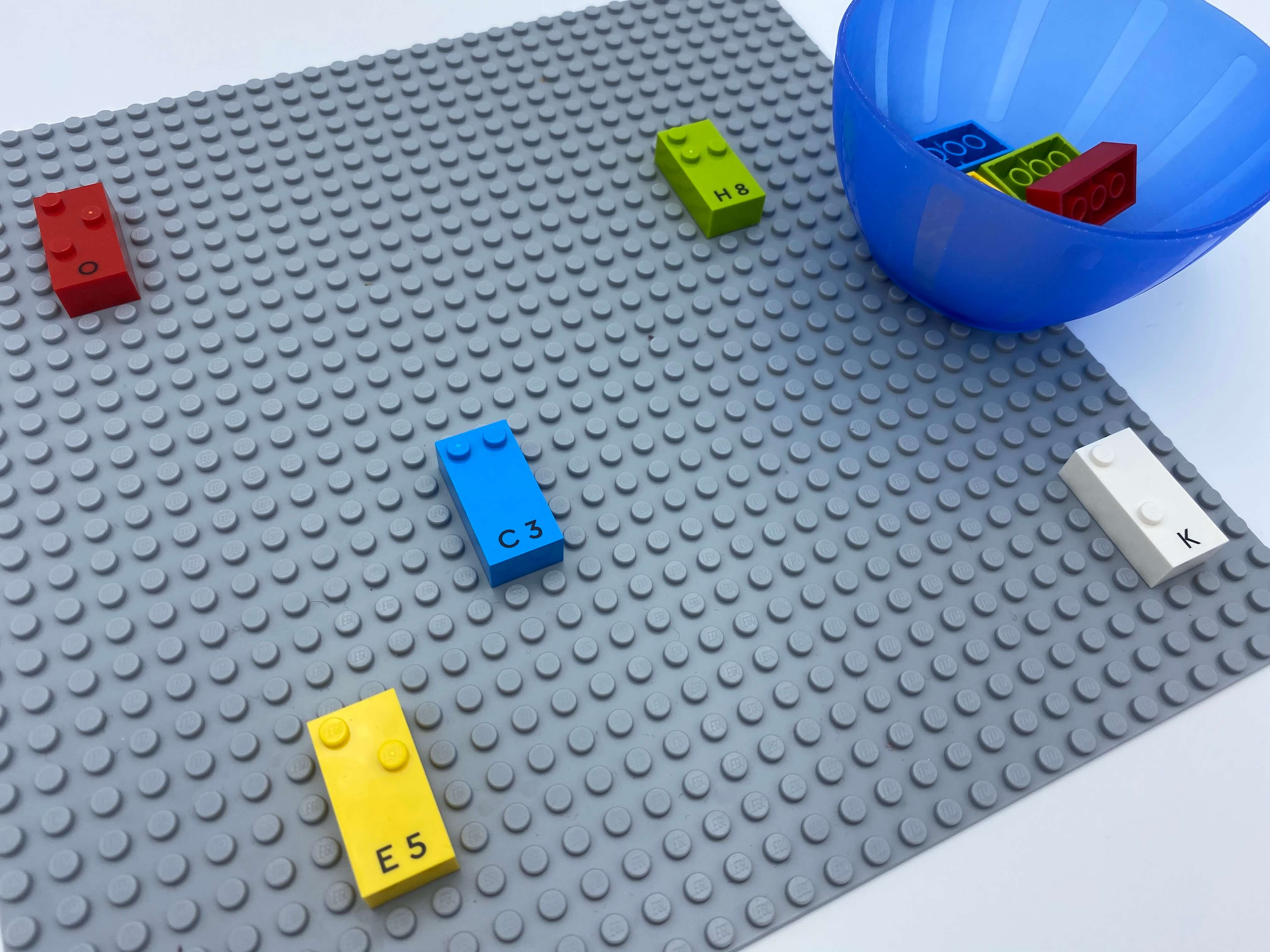 4 bricks spread, in reading position, on the base plate, a bowl with bricks.