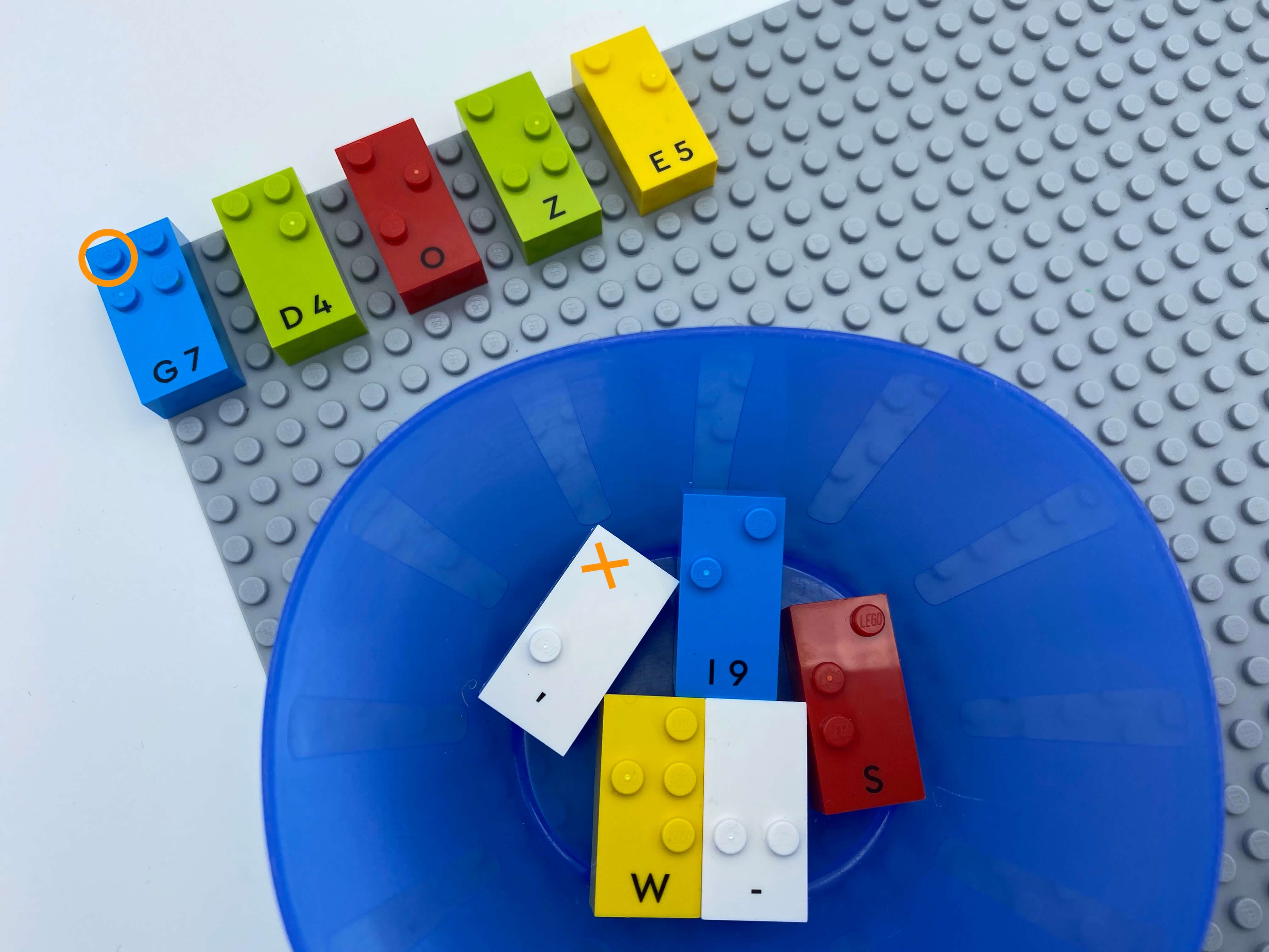 5 letter bricks with dit 1 on the base plate (letter g, d, o, z, e), 5 letter bricks without dot 1 in the bowl (letter w, s, I, comma and dash).