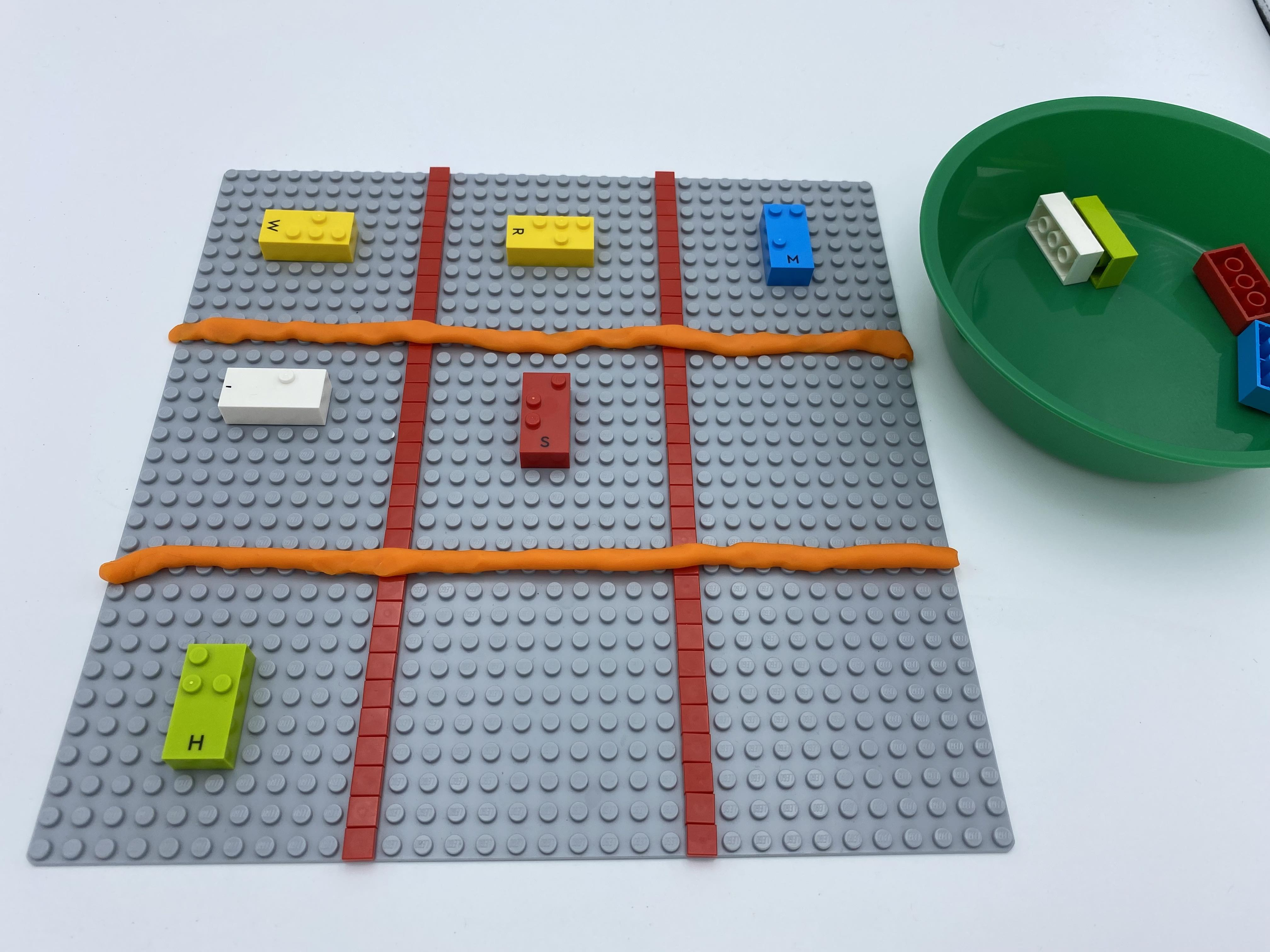 9 squares on a base plate. 3 vertical bricks are aligned, in diagonal.