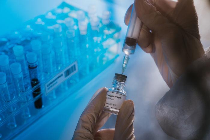 कोरोनावायरस COVID-19 वैक्सीन देने की तैयारी करने वाले डॉक्टर