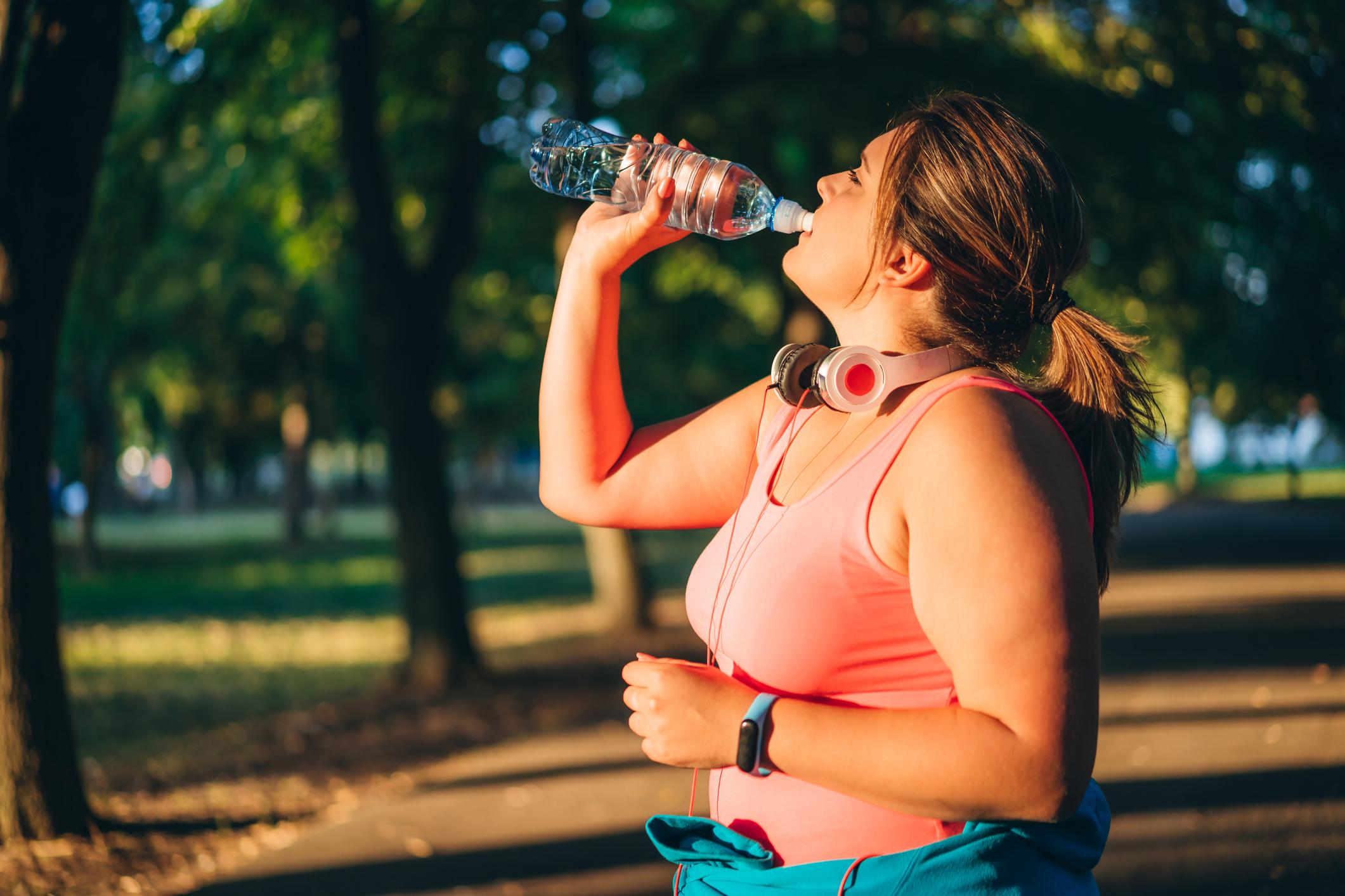 डीहायड्रेटड महिला पानी पीते हुए