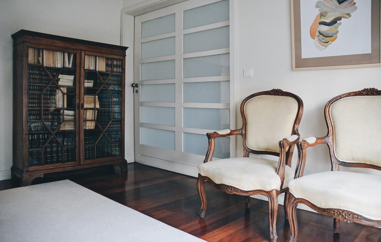 Canto de escritório com cadeiras e armário.
