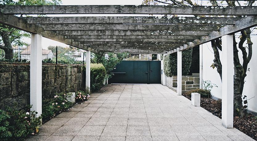 Vista exterior de escritório com portão de entrada.