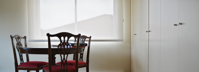 Escritório com mesa e cadeiras.