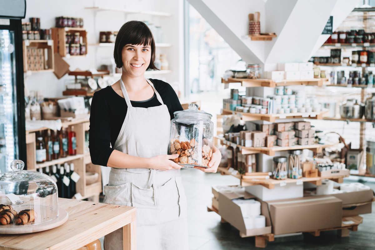 женщина, стоящая в своем бизнесе