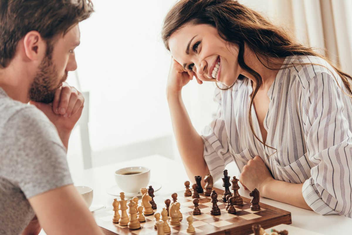 пара играет в шахматы
