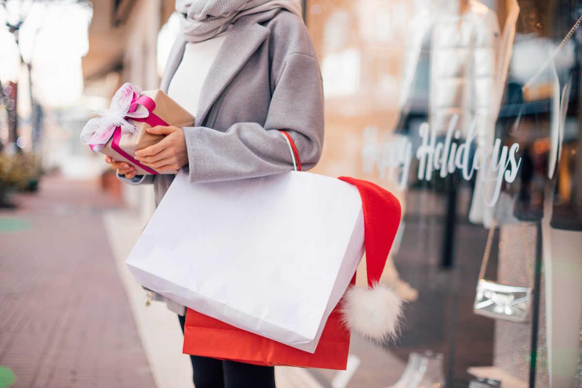 женщина рождественские покупки
