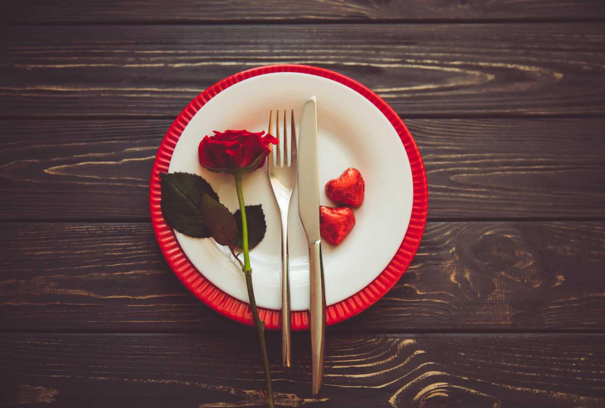 тарелка с розой и столовым серебром