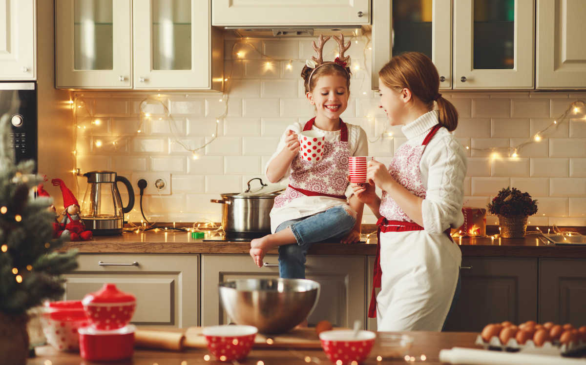 мама и дочка вместе пекут