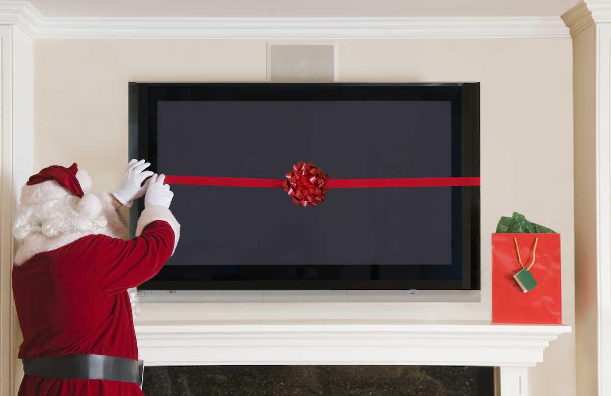 Санта с телевизором с плоским экраном в подарок