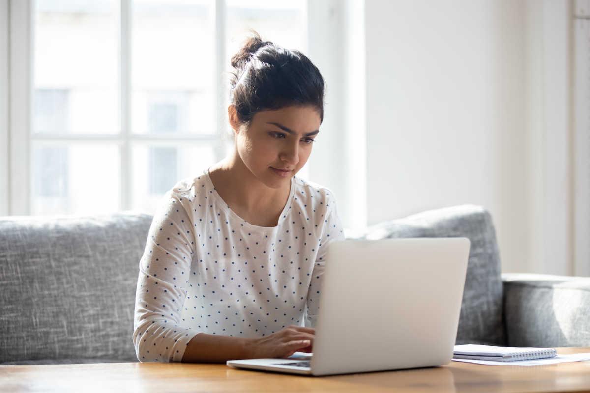 женщина на ноутбуке