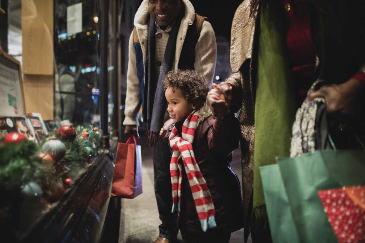 маленький мальчик рождественские покупки с бабушкой и дедушкой