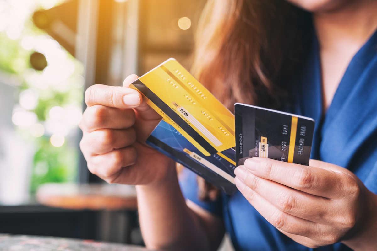 женщина с кредитными картами