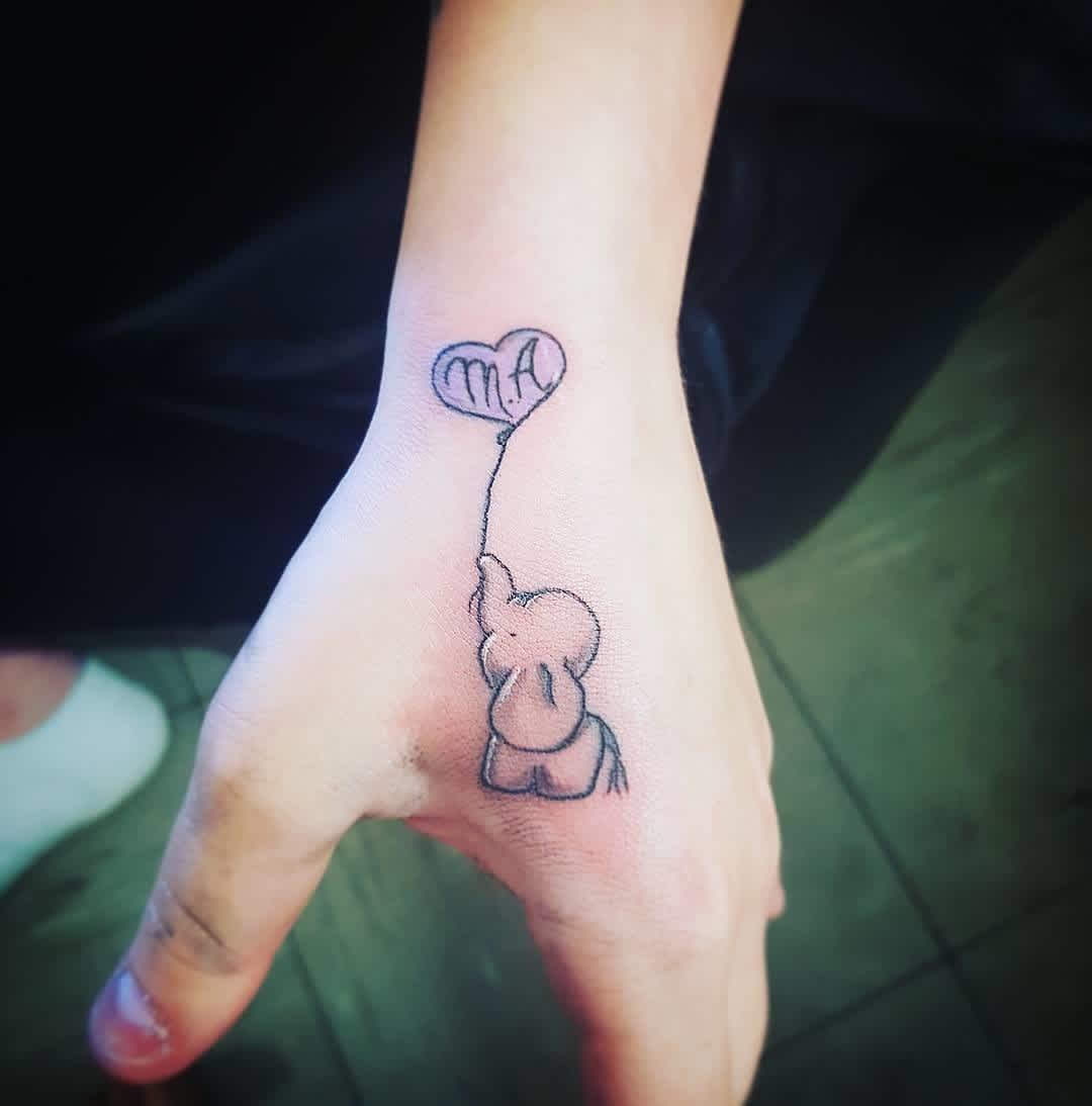 Tatuaje de elefante pequeño en la mano