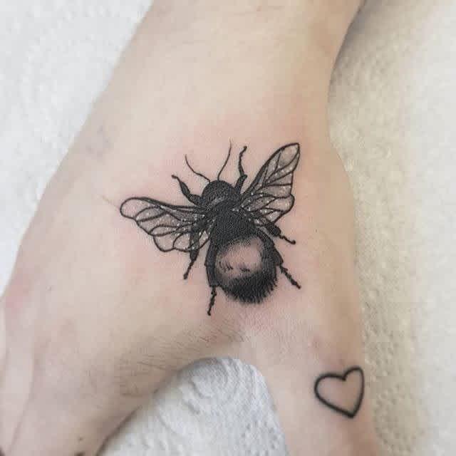 Tatuaje en la mano, abejorro