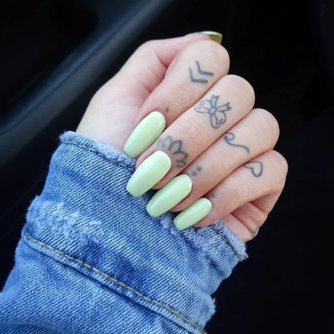 Tatuaje en la mano, pequeño arco en el dedo