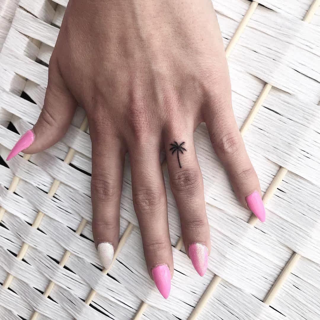 Tatuaje de palmera pequeña en la mano