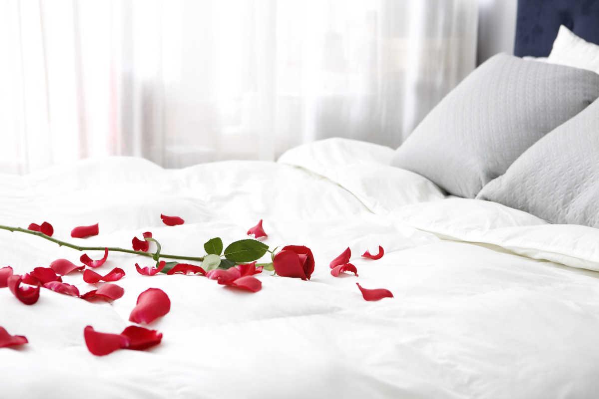 кровать с лепестками роз