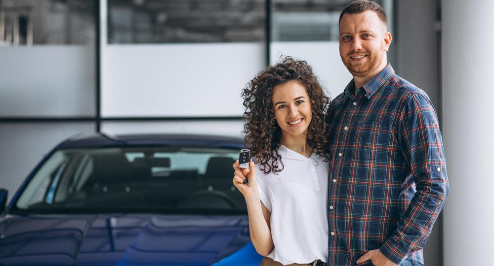 Couple heureux avec clé de voiture