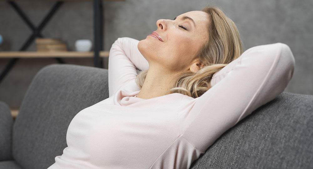 femme allongée sur son canapé