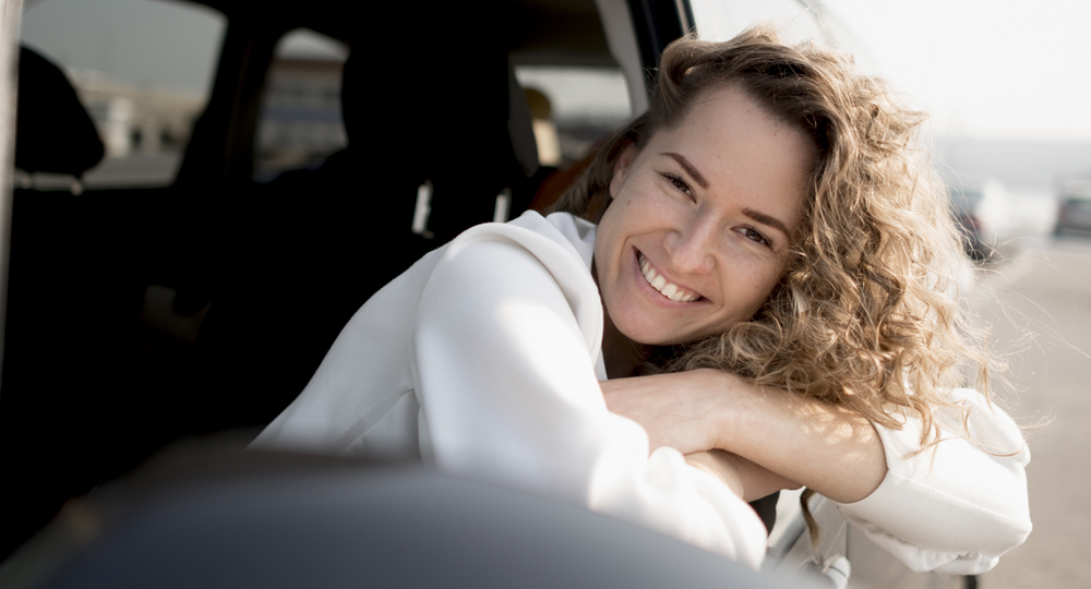 femme qui sourit en voiture