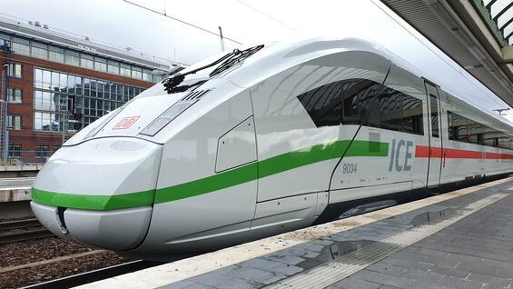 Rot ab, grün dran. Die Front des ICE sieht jetzt anders aus. Alle 280 Züge bekommen dieses Design.  Foto: Jörn Hasselmann