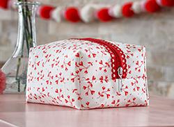 Make A Red Heart Fancy Zipper Bag