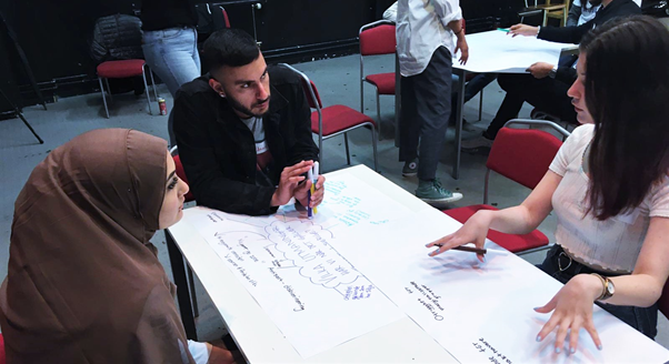 Ovan: tre deltagare i Vårt Sverige den 17:e juni diskuterar de särskilda utmaningarna de ser i relation till ett av dagens teman