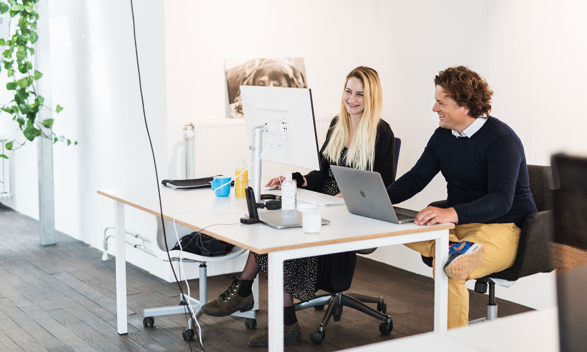 Robbert de Smit with a female colleague at her desk