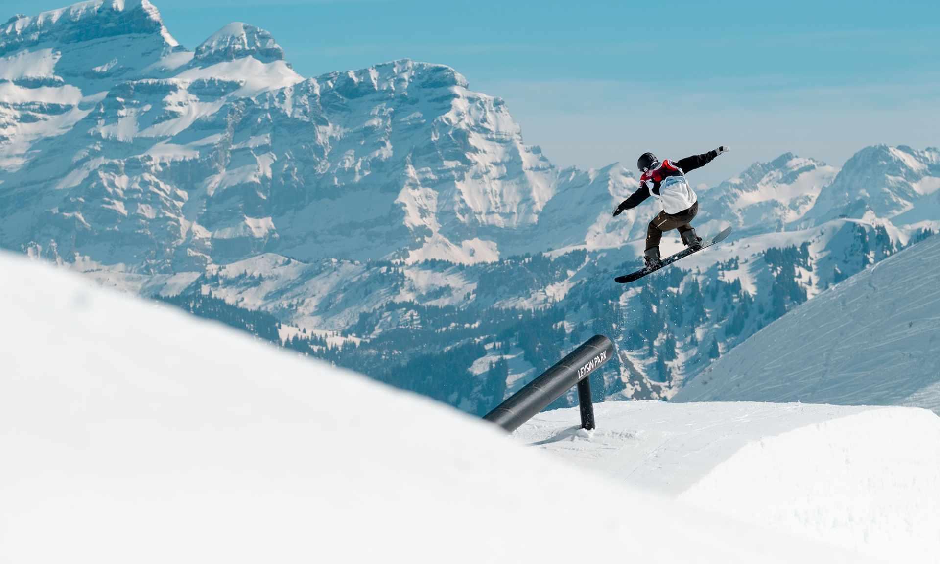 Snowpark with Snowboarder rail jump - Leysin - Hiver