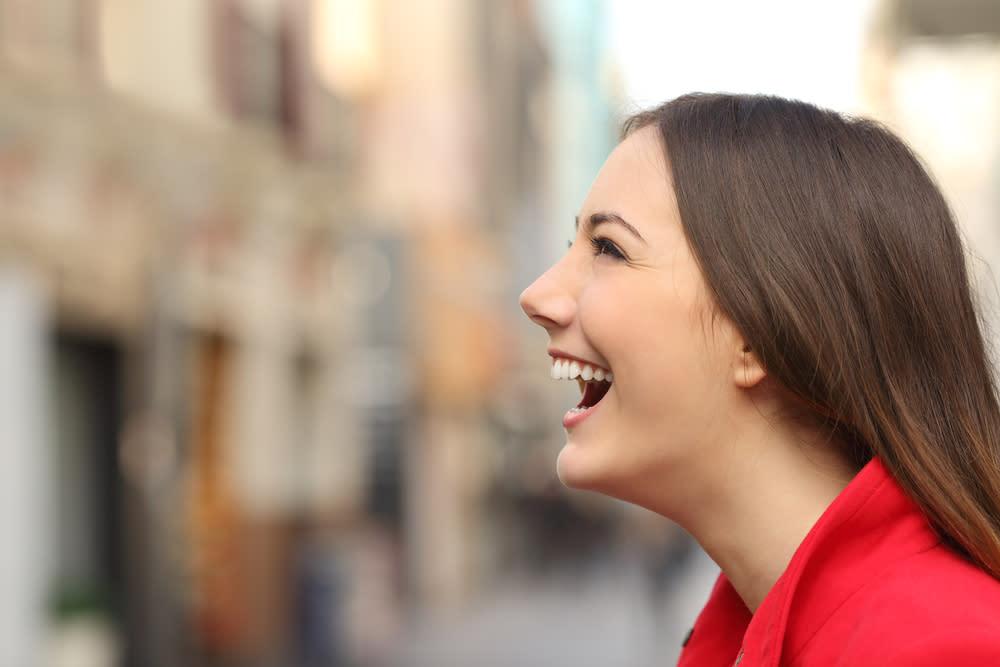Ragazza che sorride per strada