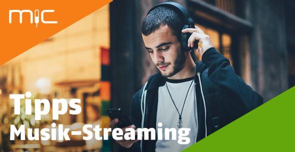 Ein junger Mann mit Smartphone und Kopfhörern