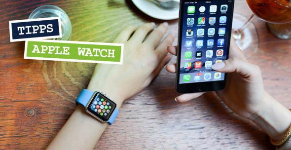 Eine Frau mit Apple Watch und iPhone