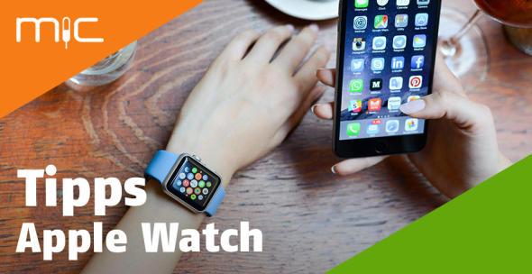 Eine Frau trägt eine Apple Watch und hält ein iPhone in der Hand.