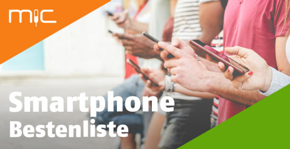 Personen mit Smartphones in einer Reihe.