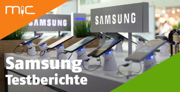 Diverse Samsung-Handys in der Auslage eines Elektronikfachmarkts.