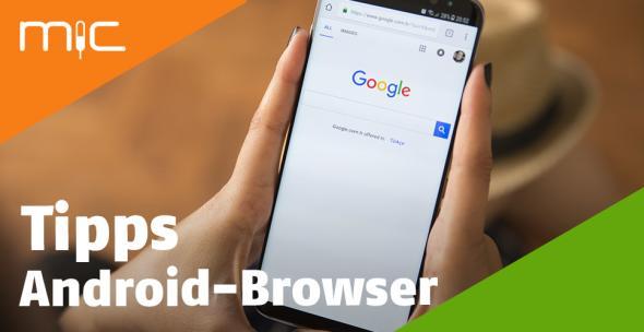 Eine Frau hält ein Android-Smartphone mit einem Internetbrowser in der Hand.