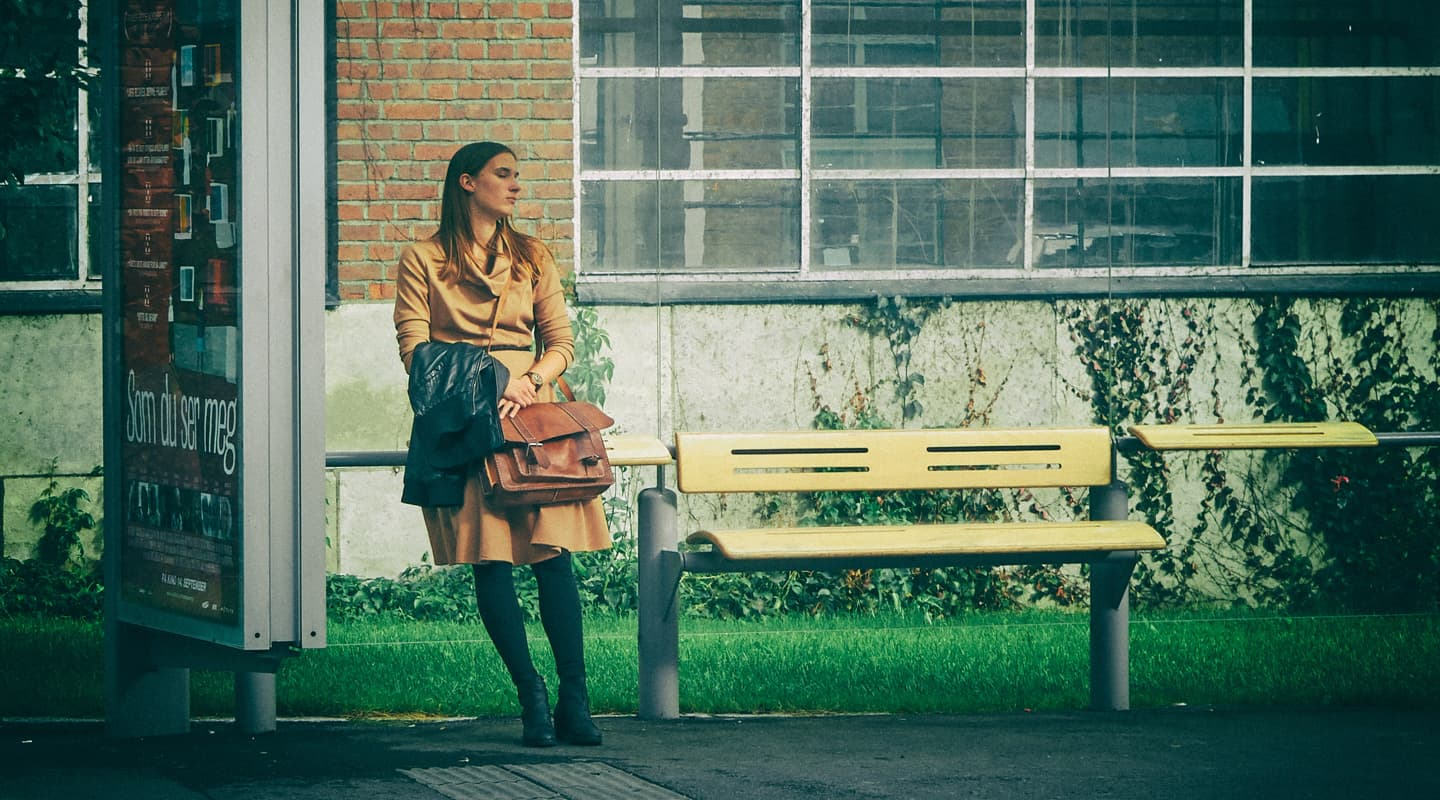 woman-waiting-for-bus-op-connexxion-bus-mendix-app