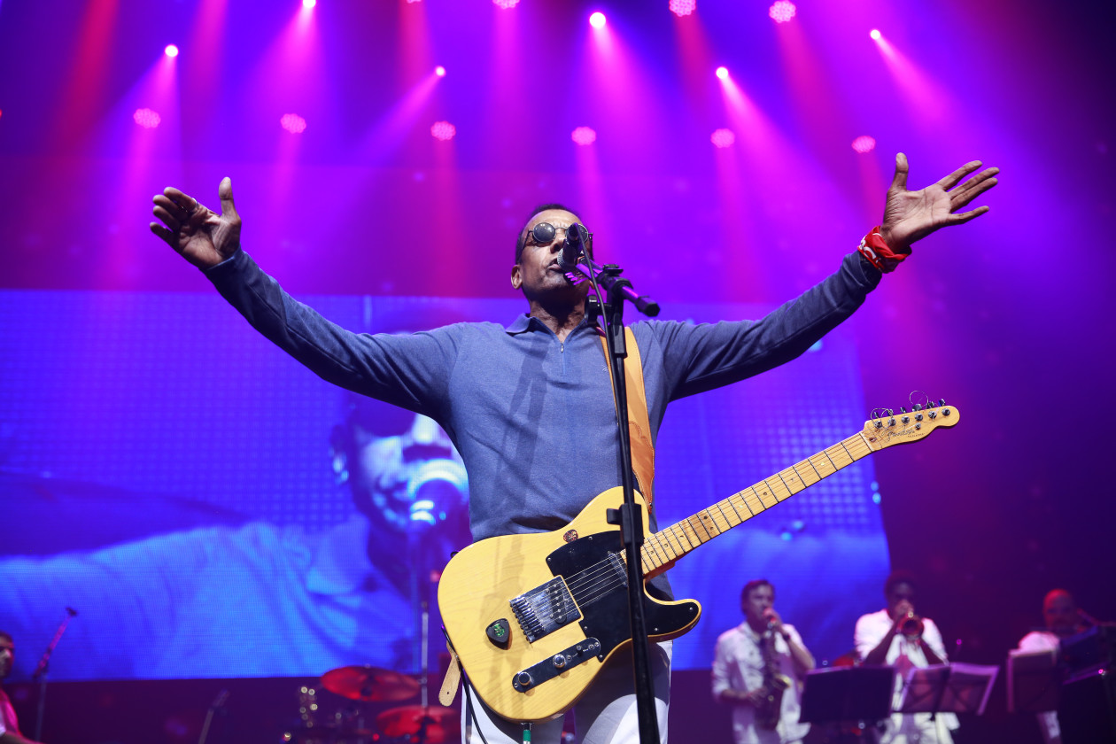 Jorge Ben Jor on stage with purple stage lights